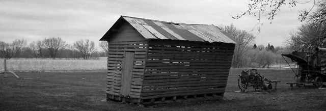 Fil:HomesteadCornCrib crop1 bw1 net.jpg